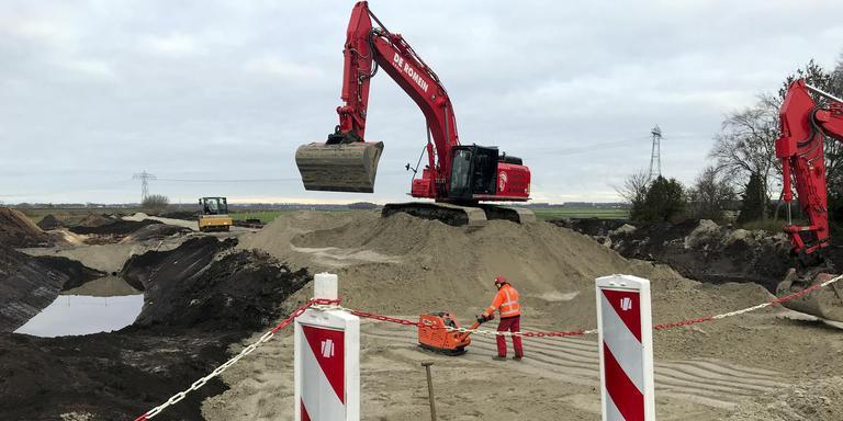 Bij de toegangsweg naar de toekomstige stikstoffabriek is door tegenstanders van windmolens asbest gedumpt. De sanering is in volle gang.