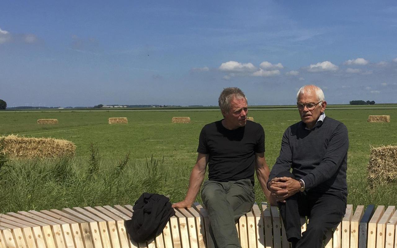 Marc van Vliet en Harm Evert Waalkens (links) in het twintig hectare omvattende landart-werk  Proportia  bij Finsterwolde.  Foto DvhN