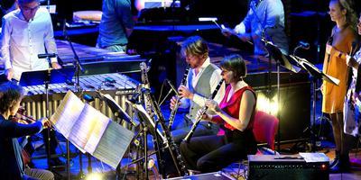 Muziekcollectief Ludwig tijdens de uitvoering van 'Music for 18 Musicians' van Steve Reich. Foto Peter Wassing
