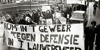 De demonstratie in Dokkum tegen de komst van het militair oefenterrein, april 1977. Foto Archief Persfotoburo D. van der Veen