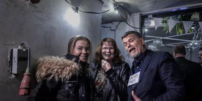 Linda Froma en haar dochter uit Appingedam bezoeken de housewarming van positiviteitsgoeroe Emile Ratelband. Foto: Jan Zeeman
