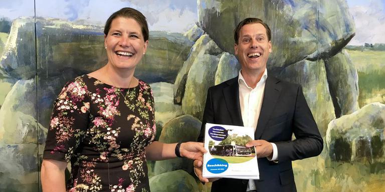 Voorzitter Fleur Graper van het OV-bureau en directeur Gerrit Spijksma van Qbuzz met de beschikking. Foto: DvhN