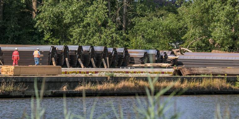 De damwanden voor de nieuwe Zuidelijke Ringweg in Groningen liggen klaar. Ze zouden in de zomerweken de grond in worden getrild, maar Aanpak Ring Zuid gaf geen toestemming. Foto: DvhN