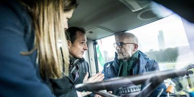 Minister Wiebes praat in een tractor met Ate Kuipers. Hij was mede-organisator van de actie van Groningse boeren om donderdag naar Den Haag te gaan. Foto: ANP/Siese Veenstra