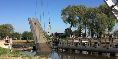 De aanvaring van de Paddepoelsterbrug was vorig jaar de laatste in een 'onacceptabel' hoog aantal botsingen op de scheepvaartroute rond Groningen. De brug werd na het ongeluk in september weggetakeld, om misschien wel nooit terug te keren. Foto Archief DvhN