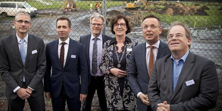 Baukje Galama gaf onlangs mede het startschot voor de aanleg van een groot zonnepark in Stadskanaal. Rechts van haar commissaris der koning Rene Paas. Foto Jan Anninga