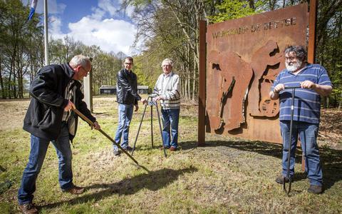 Vrijwilligers voor een gedenkteken op het terrein van voormalig kamp De Beetse. Op de achtergrond de enige barak die overbleef.