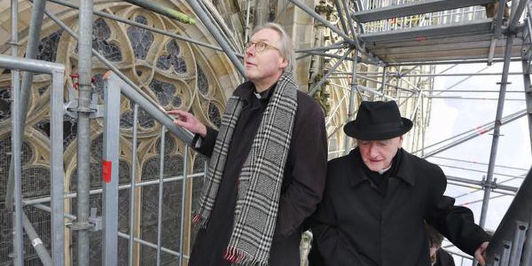 Bisschop Gerard de Korte (links) beklom zaterdag met zijn voorganger Antoon Hurkmans (rechts) de Sint Jankskathedraal in Den Bosch. FOTO ANP/RAMON MANGOLD