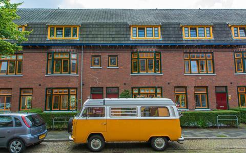 De Gerbrand Bakkerstraat in de Groningse Oosterparkwijk: huurhuizen werden omgetoverd tot royale koopwoningen. Foto's DvhN/Roelof van Dalen