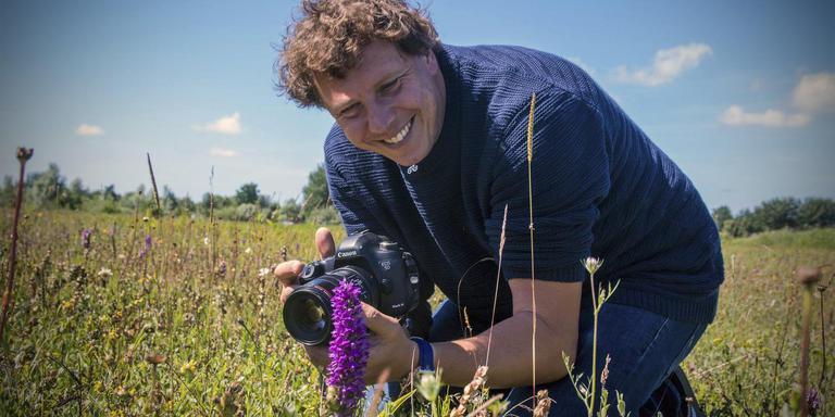 Bioloog Christophe Brocharde kan wel honderd foto's maken van de zeldzame orchidee.
