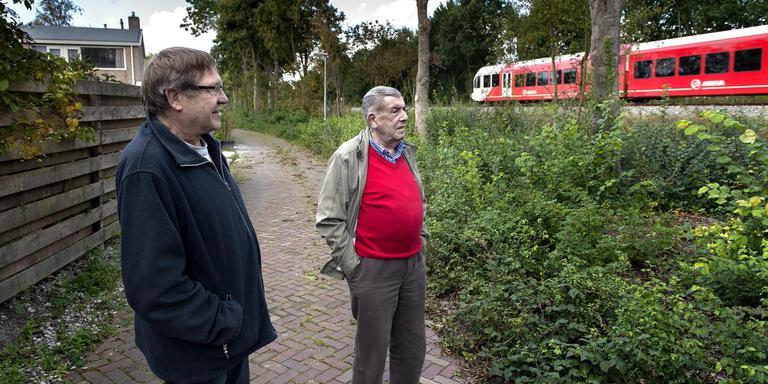 Harry Visch (links ) en Jan Venhuizen bij de wildgroei langs het spoor in Winsum. FOTO PETER WASSING