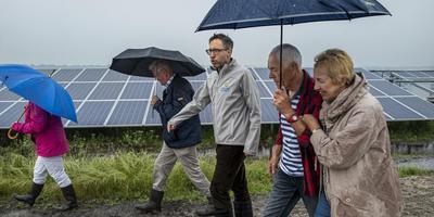 Belangstellenden krijgen op de Dag van de Bouw uitleg over het zonnepark bij Kolham. In het midden Diederik Apotheker van Chint. Foto Jan Zeeman