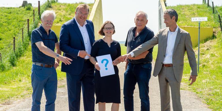 De wethouders Kees Swagerman, Erich Wünker, Laura Broekhuizen en Bard Boon (v.l.n.r.) samen met gemeentesecretaris Herman Groothuis. Foto: Gemeente Oldambt