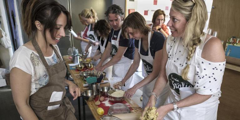 Sarena Solari (links) legt deelnemers uit waar ze op moeten letten. FOTO JAN ZEEMAN