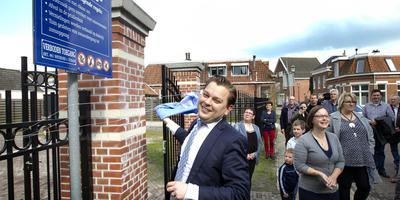 Eelco Eikenaar bij de opening van stadstuin Ons Toentje in Winschoten. FOTO HARRY TIELMAN