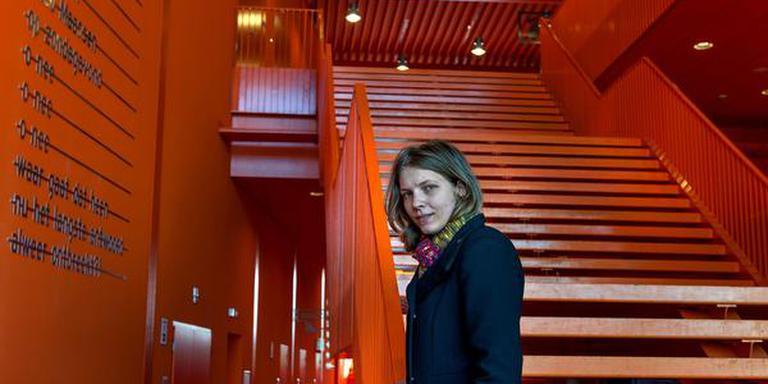 In de Aletta Jacobs hal van de Rijksuniversiteit Groningen worden tentamens afgenomen. De gang en de buitenkant van het gebouw zijn knaloranje. Ellen Versluijs, initiatiefneemster van de petitie, noemt de kleur 'intimiderend'. FOTO PETER WASSING