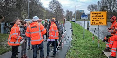 Medewerkers van Combinatie Herepoort (in oranje hesjes) die een boswal tussen de A28 en het Noord-Willemskanaal in Groningen wilden kappen, worden maandagmorgen door tegenstanders van hun werk gehouden. De kap is gedeeltelijk afgeblazen. Foto: DvhN