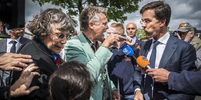 Premier Rutte moest zich bij een eerder bezoek aan Groningen, in juni 2017, een weg banen tussen boze Groningers door, onder wie Dick Kleijer (destijds van de Groninger Bodem Beweging). Foto Archief DvhN