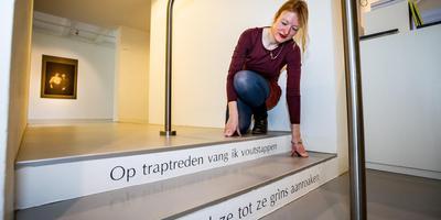 Dichteres Fieke Gosselaar bij haar 'traptrede-gedichten'. Foto: DVHN