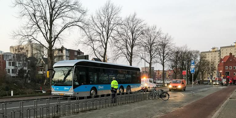 Een van de twee huidige waterstofbussen van Qbuzz woensdagavond op de Trompsingel in Groningen. Foto DvhN