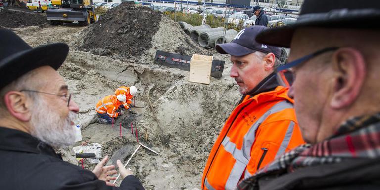 Opperrabbijn Jacobss, archeoloog Leo Smole en Willem Fokkens (van links naar rechts) volgden het blootleggen van de Joodse graven nauwgezet. Foto Huisman Media