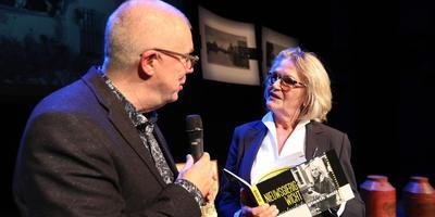 Greeth Smit onvangt haar boek uit handen van auteur Wiebe Klijstra. Foto: Harry Tielman