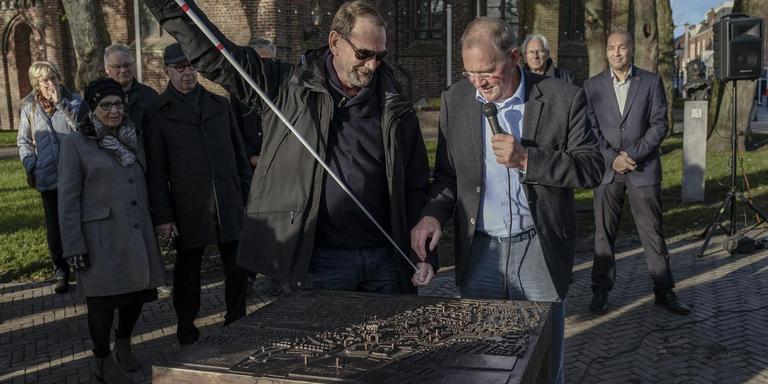 Scheidend CDA-wethouder Van Bostelen (met microfoon) onthulde vorige week vrijdag nog een 'braille'-plattegrond die blinden en slechtzienden de weg wijst in Appingedam. Foto Jan Zeeman