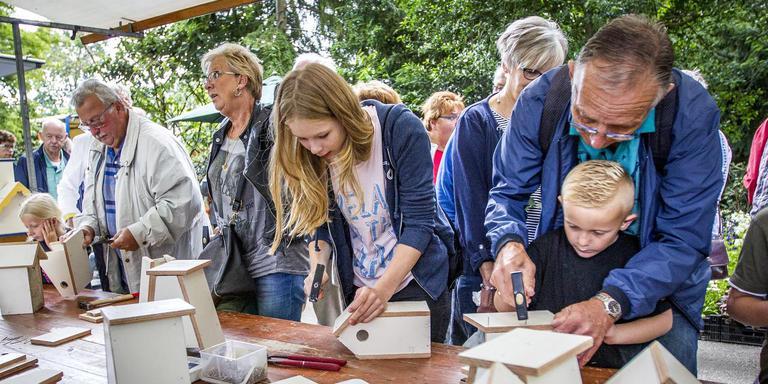 Bezoekers knutselen hun eigen nestkastje in het Rosarium. FOTO HUISMAN MEDIA