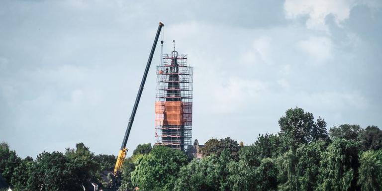 Met een hoogte van 44 meter is de toren van de Grote kerk in Wildervank vanuit de wijde omgeving zichtbaar. Foto Corné Sparidaens