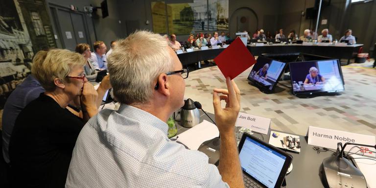 Politiek Oldambt in een modern jasje. Algemene beschouwingen met rode kaarten. Gert Jan Bolt met rode kaart. Foto: Harry Tielman