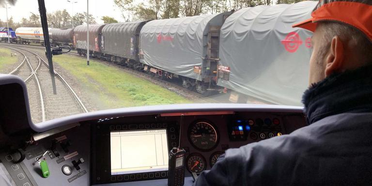 Marco Brey van Alstom maakt in Salzgitter een testrit met de waterstoftrein.