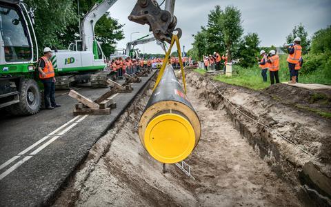 Het officiële startmoment in juli van de aanleg van het net van WarmteStad bij Zernike.