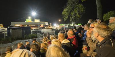 De nieuwe spoorbrug over de Fanerweg in Zuidhorn werd dinsdagavond onder grote belangstelling naar z'n plek gereden. Foto: Jan Willem van Vliet