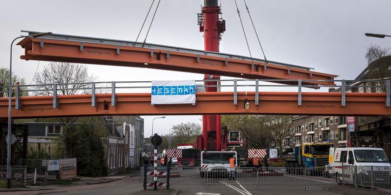 De stukken brug worden op hun plek gehesen. FOTO GEERT JOB SEVINK