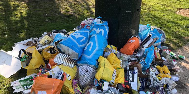 De prullenbakken zitten na zonnige dagen vaak overvol en het gras ligt bezaaid met rotzooi. Foto: Jorien Bakker