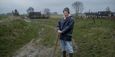 """Siert Brontsema in Oudeschip: """"We slaan de armen om elkaar. We hebben de politiek niet nodig."""" Foto: Jan Zeeman."""