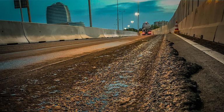 De kapotte voeg op de Zuidelijke Ringweg in Groningen na de afsluiting op donderdagavond. Foto DvhN