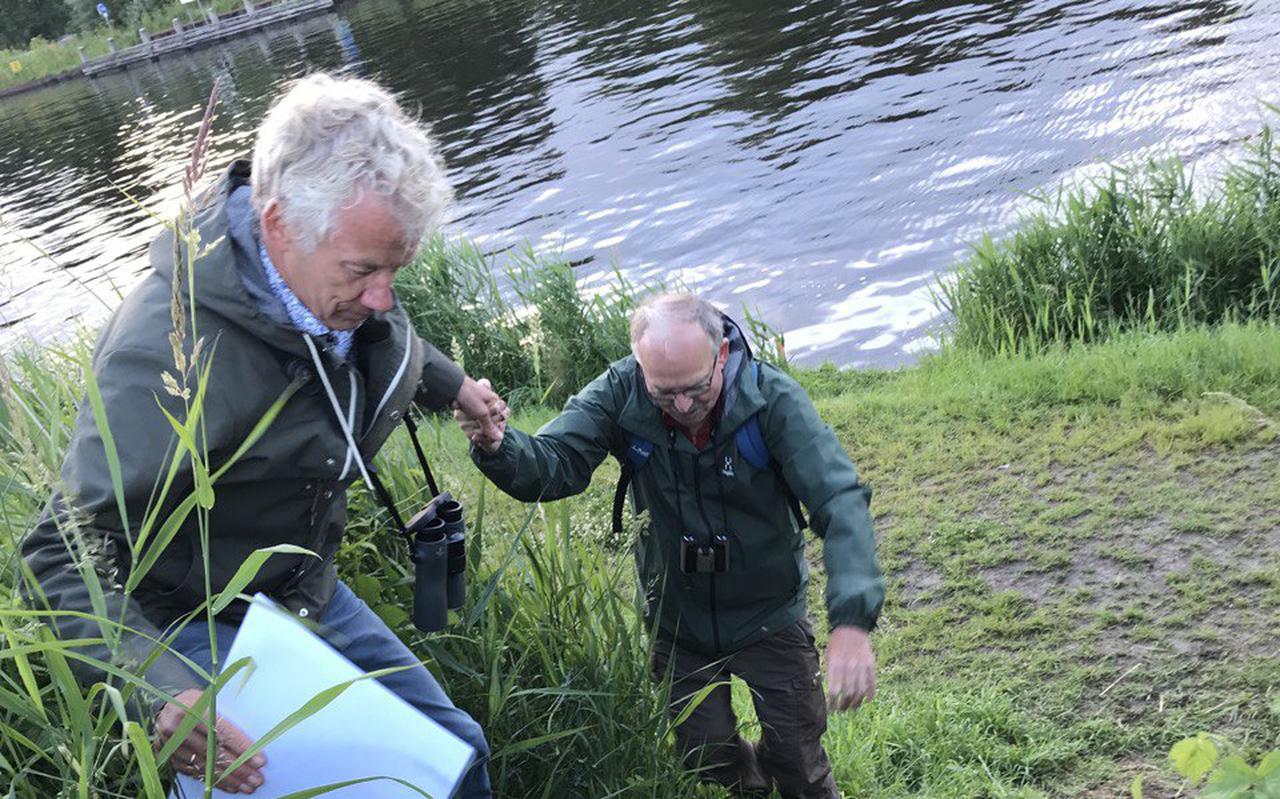 Directeur Marco Glastra (l) van Groninger Landschap helpt Henk Reitsema (Vrienden van het Driebondsbos) tijdens een excursie door het bedreigde ongerepte natuurgebied ten oosten van de stad Groningen. Foto: DVHN.