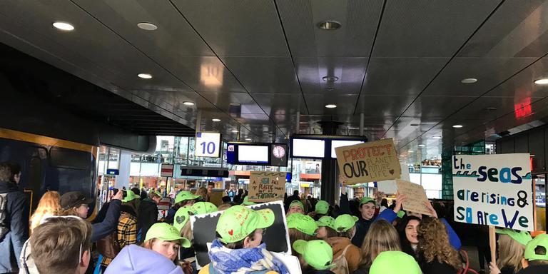 Groningse scholieren vallen op in den haag door groene for Uit agenda den haag