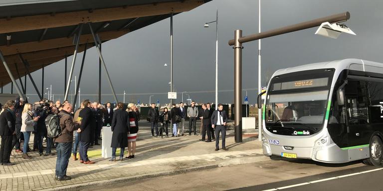 De officiële start van elektrisch busrijden bij de snellaadpaal op P+R Reitdiep. Foto DvhN