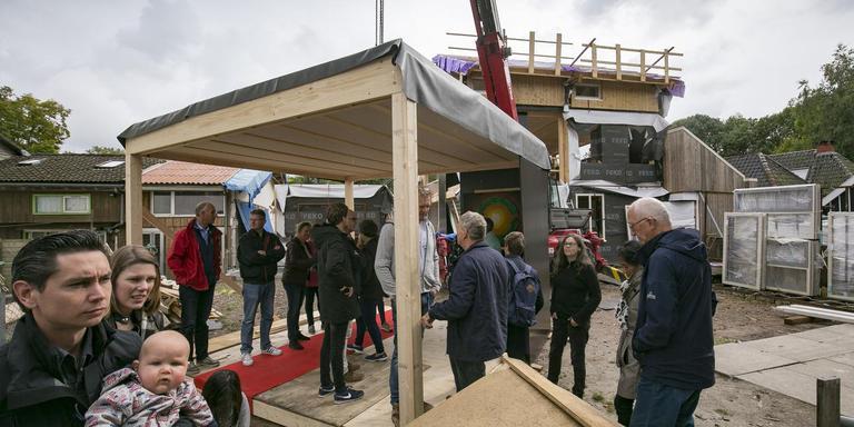 Bezoekers van de open dag circulair bouwen bestuderen en bespreken de mogelijkheden van een 'legoblok'. foto's Jan Willem van Vliet