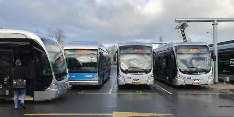 De nieuwe elektrische bussen (op de achtergrond links de blauwe waterstofbus) bij de laadstraat (rechts) van Qbuzz in Groningen. Foto DvhN