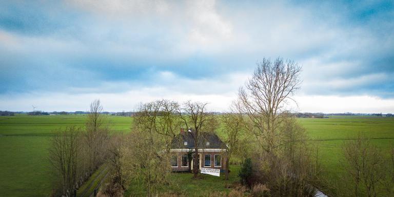 De boerderij met spandoek aan de Onderdendamsterweg in Middelstum.