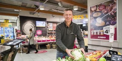 Supermarkt-eigenaar Harry Stuulen is blij met het speldje voor de middenstand in Ter Apel