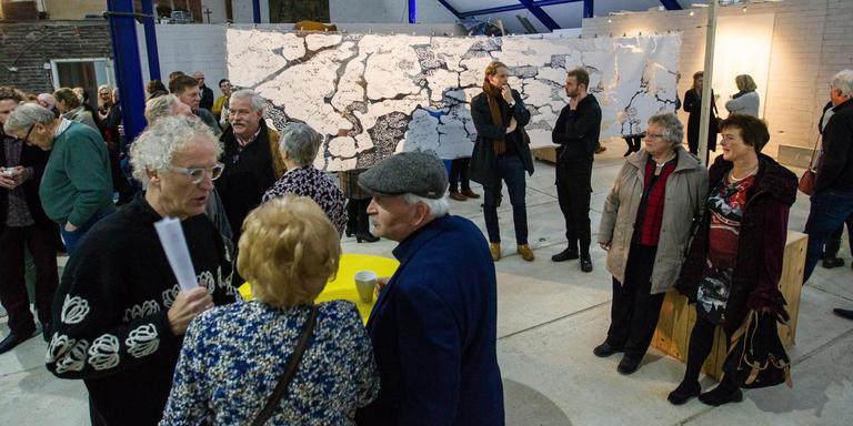 De opening van centrum voor (levens)kunst Artphy trok veel belangstellenden. De enorme hal oogstte bewondering. Foto Huisman Media