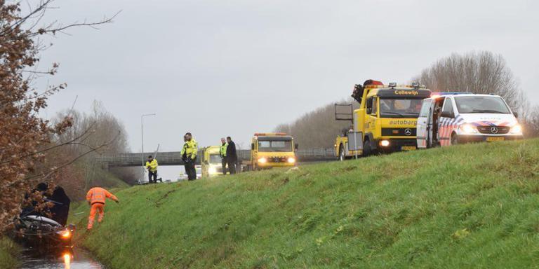 Hulpverleners halen de auto uit de sloot langs de A7 bij Nuis. Foto: Johan Wildeboer