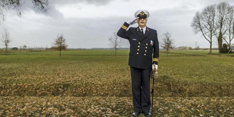 Oud-marineman Paul Joosten in vol ornaat. Hij is boos omdat hij met een groot AOW-gat kampt. foto Duncan Wijting