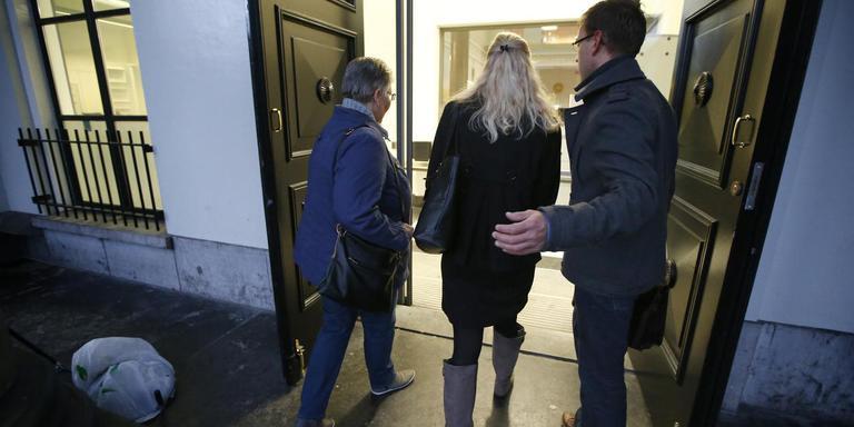 De weduwe (midden) en zus (links) van de dodelijk mishandelde grensrechter Richard Nieuwenhuizen komen aan bij het gerechtshof van Leeuwarden. FOTO ANP