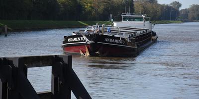 Schade aan de boeg van de Adamando, de boot die woensdagmiddag tegen de Paddepoelsterbrug botste. Foto: 112Groningen