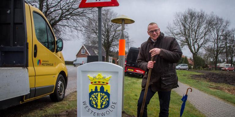 Wethouder Bart Huizing bij de plaatsing van de eerste van een serie nieuwe grensstenen van Westerwolde